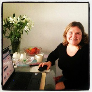 Nina, eigenares van Blijfleren, geeft computerles bij haar klant thuis.