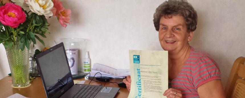 Een leerling van BlijfLeren met haar certificaat
